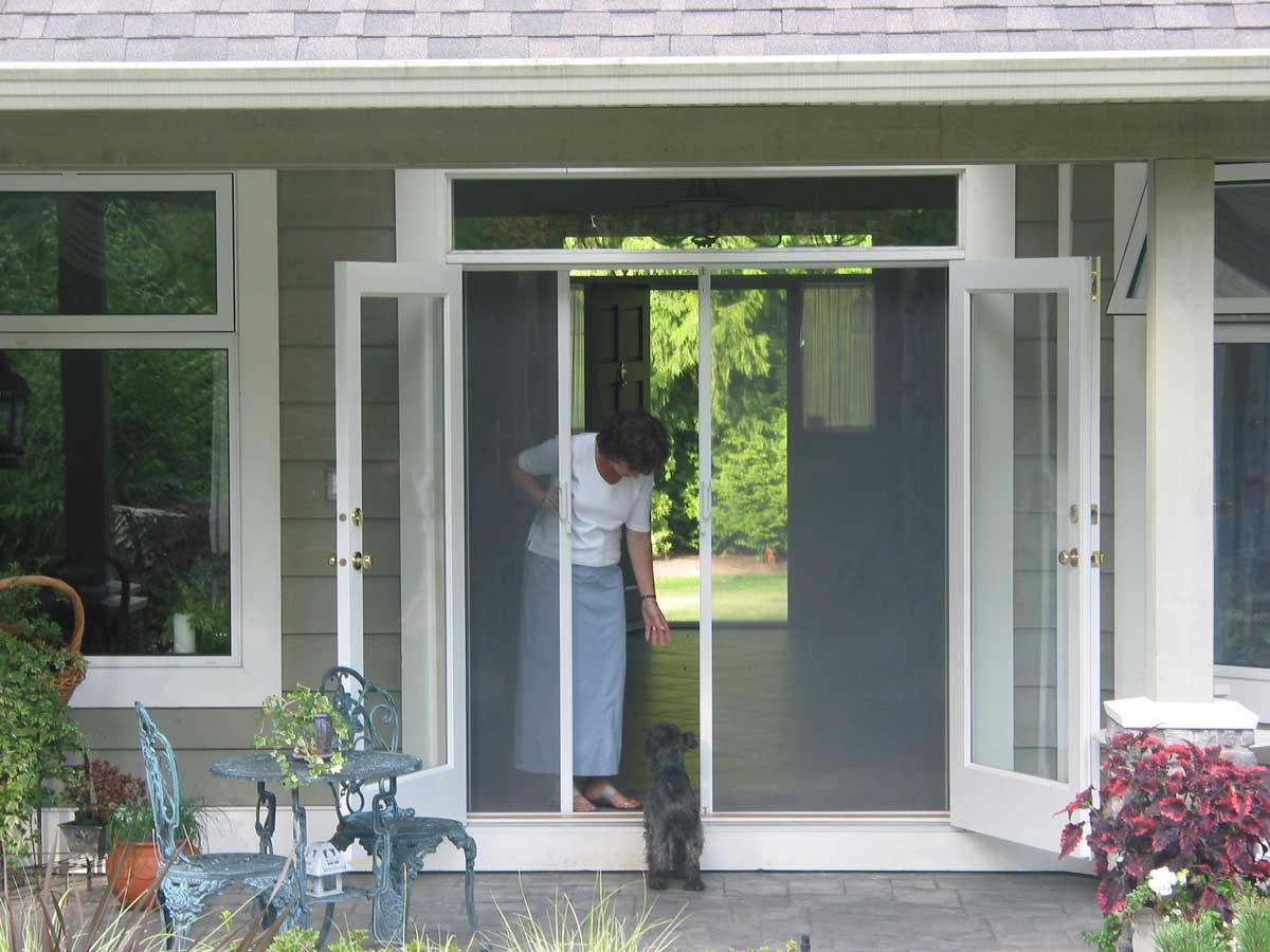Retractable screen doors gerald jones companygerald for Retractable screen door magnets